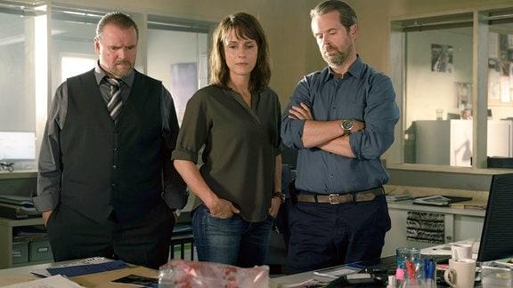 Die Kollegen Lemp (Felix Vörtler), Brasch (Claudia Michelsen) und Köhler (Matthias Matschke) starren auf die Überreste einer Hand. (v.l.)