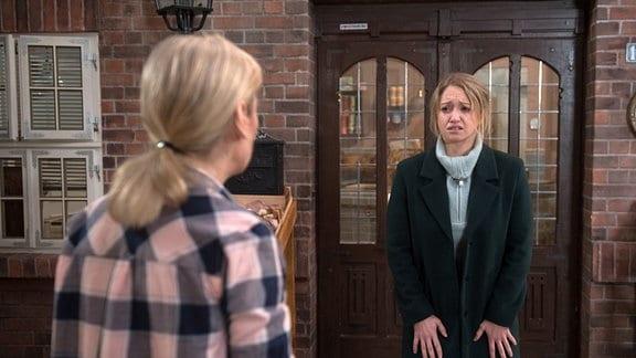 Sara (Antonia Jungwirth, r.) kann nicht mehr und bricht vor Mona (Jana Hora-Goosmann, l.) weinend zusammen.