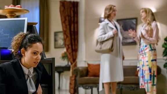 Vanessa (Jeannine Gaspár, l.) bekommt zufällig mit, wie Rosalie (Natalie Alison, r.) in einem Gespräch mit Cornelia (Deborah Müller, M.) wenig schmeichelnde Worte über sie verliert.