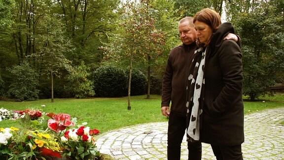 Olaf und Carmen am Grab ihrer Tochter