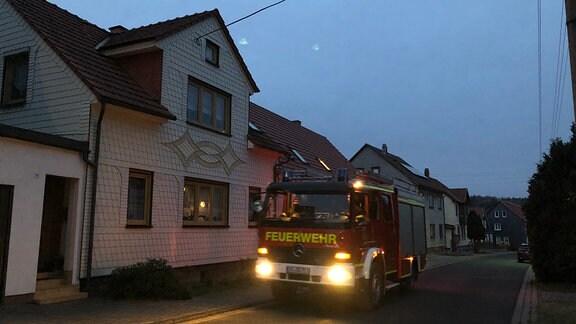 Und auch die Nikolausgeschenke für die Kinder fährt die Freiwillige Feuerwehr durchs Dorf.