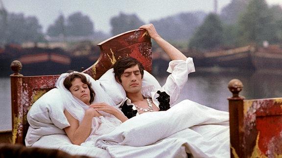 Während einer Liebesnacht gehen Paula (Angelica Domröse) und Paul (Winfried Glatzeder) auf eine imaginäre Reise.