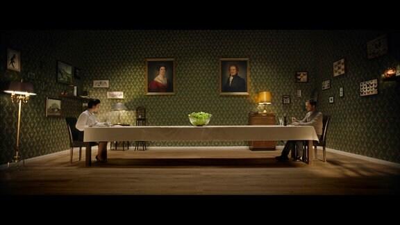 Zwischen ihr (Dorothea Arnold) und ihm (Christian Heiner Wolf) steht der scheinbar unerreichbare Salat.