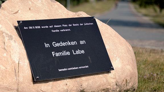 Auschwitz ist überall. - Gedenkstein in Glambeck für die Familie Labe