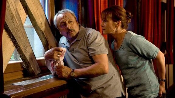 Thomas Stille (Wolfgang Stumph) sagt seiner Frau Barbara Stille (Ulrike Krumbiegel), dass ihre schwangere Tochter Dixie in Sicherheit gebracht werden soll.