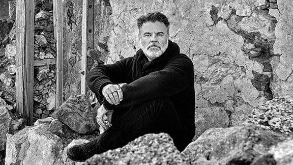 Für die einen war er der popverliebte Teenie-Schwarm mit zu viel Föhn im Haar und zu viel Gefühl in der Stimme, für die anderen war er einer der innovativsten und konsequentesten Musiker des Ostens: Ralf Schmidt. Künstlername IC FALKENBERG….