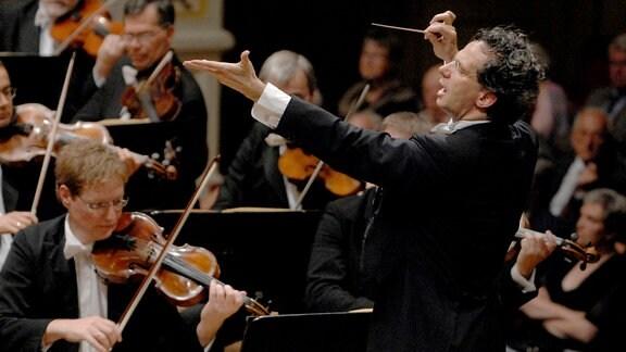 Fabio Luisi dirigiert.