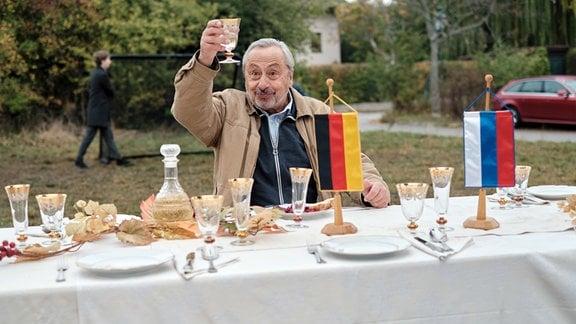 """""""Ziemlich russische Freunde"""" (D 2020): Reginald (Wolfgang Stumph) stößt auf die deutsch-russische Freundschaft an."""