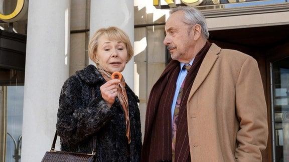 Reginald (Wolfgang Stumph) und Ljudmila (Natalia Bobyleva) versuchen ihr Glück in der Spielbank.