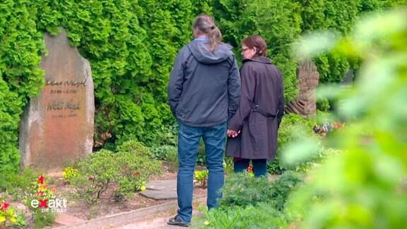 Die Enkeltochter Otto Nagels und ihr Mann vor Nagels Grab.