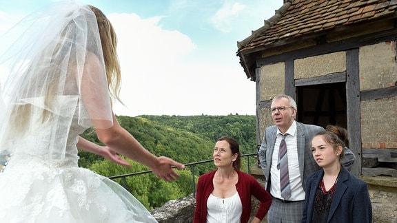 Marie (Teresa Klamert) glaubt, dass ihr Verlobter sie nicht mehr heiraten will und droht, sich von der Burg zu stürzen. Völlig überzeugend wirkt sie allerdings weder auf ihren Vater Gerhard (Ludger Pistor), noch auf Julia (Inka Friedrich) und Lea (Ella Lee), die alle zu ihrer Rettung herbeigeeilt sind.