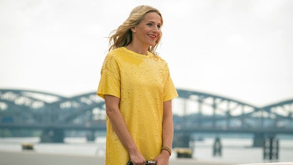 Veronika (Tanja Wedhorn) wird von Piet abgeholt.