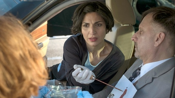 Wie hat es der Täter gemacht? Branka (Neda Rahmanian) spielt den Mord an dem korrupten Beamten Ribar (Marijan Hinteregger) nach.