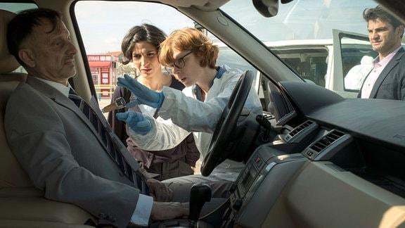 Wie hat es der Täter gemacht? Branka (Neda Rahmanian), Emil (Lenn Kudrjawizki), Brigitta (Sarah Baurett) spielen den Mord an dem korrupten Beamten Ribar (Marijan Hinteregger) nach.