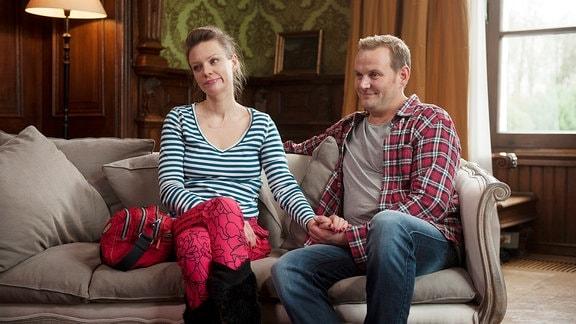 Kasa Truszkiewicz (Magdalena Boczarska) und Jan Erik Schult (Devid Striesow) sind seit drei Jahren zusammen. Die Polin, Mutter eines zehnjährigen Sohnes, ist nach Deutschland gekommen, um als Krankenpflegerin zu arbeiten. Kennengelernt hat sie Jan Erik, als sie sich um seine kranke Mutter kümmerte. Er wünscht sich Kinder, ein Haus und einen Porsche (als Geschäftsmann verdiene er ja genug), sie sich Sicherheit und einen eigenen Frisiersalon. Die Paar-Therapie  hat er eingefädelt, doch die Überraschung misslingt gründlich: Kasa ist alles andere als begeistert. Scheint es zuerst noch so, als habe Jan Erik nur nach einem originellen Rahmen für einen Heiratsantrag gesucht, offenbart sich kurz darauf der wahre Grund für seinen Gesprächswunsch.