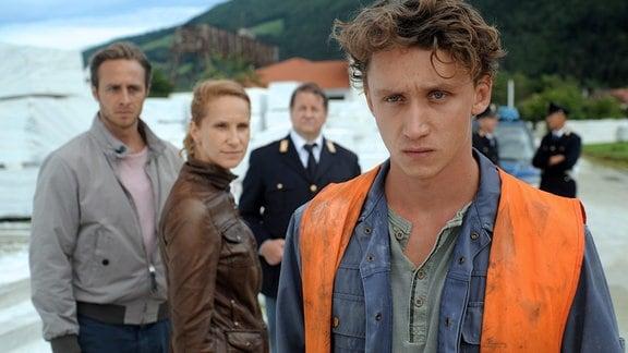 Jonas (Gabriel Raab, li.), Sonja (Chiara Schoras) und Peter Kerschbaumer (Hanspeter Müller-Drossaart) halten Martin Auer (Aaron Friesz, vorne) für einen Verdächtigen.