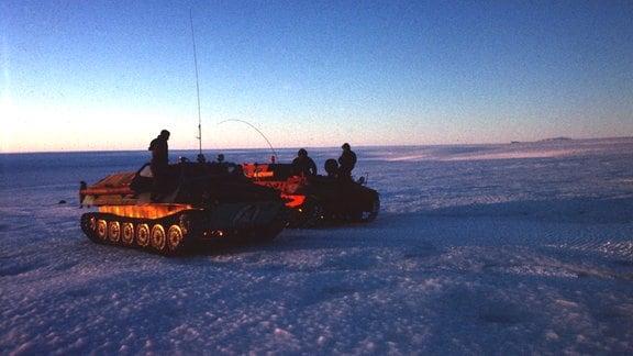 Mit einem umgebauten russischen Panzer auf Schlepperexpedition