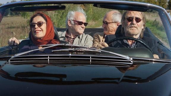 Sylva (Angela Winkler), Georg (Matthias Habich, r.), Heinrich (Peter Franke, 2. v. li.) und Edward (Dietrich Mattausch, 2. v. r.)  machen eine Spritztour.