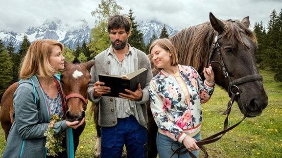 Hanna (Anette Frier, li.) sieht das Verhältnis zwischen Beate (Anna Drexler) und Leonhard (Tom Beck) mit gemischten Gefühlen.
