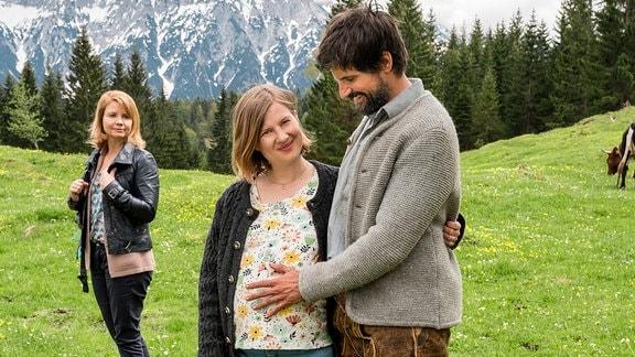 Leonhard (Tom Beck) und Beate (Anna Drexler) sind guter Hoffnung. Beates Mutter Hanna (Anette Frier, li.) ist besorgt.