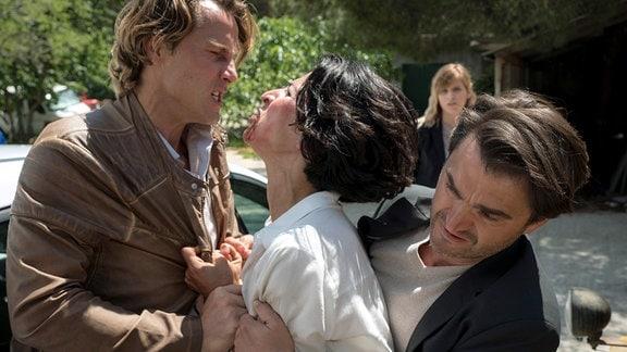 Emil (Lenn Kudrjawizki) hält Branka (Neda Rahmanian) zurück, die auf ihren chauvinistischen Kollegen Ivan Bago (David Rott, li.) losgehen will. Im Hintergrund Ivans Kollegin Ivanka (Doris Pecotić).