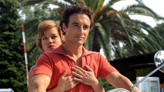 Die attraktive Berliner Marketing-Expertin Billie (Muriel Baumeister) hat einen Urlaubsflirt mit dem spanischen Konditor Juan (Gunther Gillian).