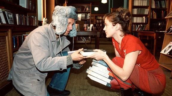 Fast wie bei Lubitsch: Im Buchladen lernt Sophie (Jeannette Hain) den charmanten Dr. Weiße (Jochen Horst) kennen.