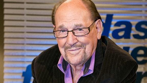 Dieser Mann ist eine lebende Legende: Herbert Köfer- Vollblutschauspieler, Fernsehpionier und einer der beliebtesten Entertainer Ostdeutschlands. Mit Leib und Seele steht er seit über einem Dreivierteljahrhundert auf der Bühne und vor der Kamera.