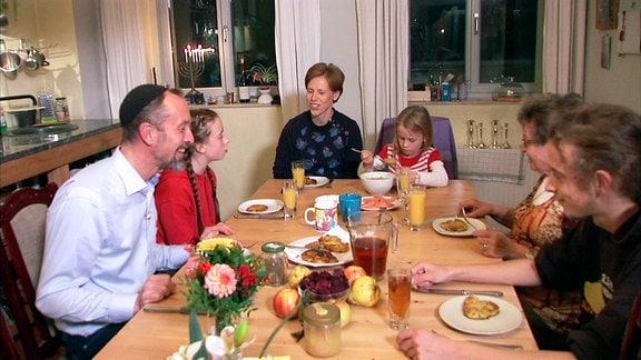 Ulf Nguyen beim gemeinsamen Abendessen mit seiner Familie
