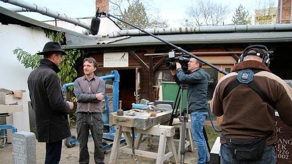 Ulf Nguyen besucht seinen Freund Elmar Vogel. Den Steinmetz hat er über ein gemeinsames Projekt kennengelernt. Über die Zusammenarbeit entwickelte sich eine Freundschaft.