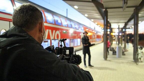 Ulf Nguyen wartet am Bahnhof in Pirna auf den Zug nach Dresden