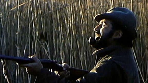 Der Gemeindebeauftragte Mario (Mario Adorf) versucht einen illegalen Angler zu fassen.