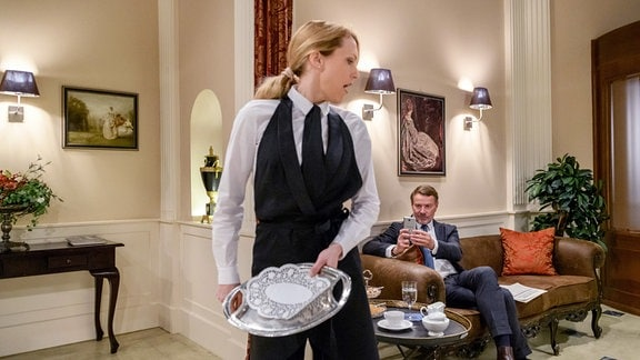 Rosalie (Natalie Alison, l.) wird Opfer eines geschmacklosen Übergriffs (mit Komparse).