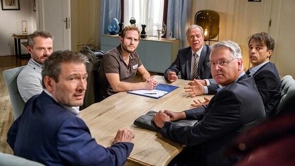 Maja (nicht auf dem Foto) kommt zu spät: Florian (Arne Löber, 3.v.l.) hat den Vertrag mit Christoph (Dieter Bach, l.), Werner (Dirk Galuba, 3.v.r.), Robert (Lorenzo Patané, 2.v.r.) und Erik (Sven Waasner, 2.v.l.) bereits unterschrieben.