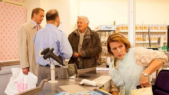 Um mit einem Kunden in Kontakt zu kommen, hat Kassiererin Emma Beeskow (Dagmar Manzel) sein Portemonnaie eingesteckt. Der Geschäftsmann (Carl Achleitner, li.) und ihr Kollege Sami (Samuel Arslan, 2. v. li.) verdächtigen den Obdachlosen August von Zinnerberg (Henry Hübchen) des Diebstahls.