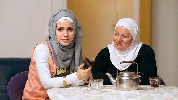 Mutter und Tochter, beide aus Syrien geflüchtet, sprechen über ihre Fluchterfahrung und Wünsche für die Zukunft.