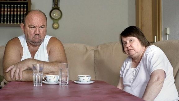 Nach jahrelanger Arbeit als Hausmeister und Putzkraft, ist ihre Rente gering. Der größte Wunsch der Frau wäre es, einmal eine Kreuzfahrt zu machen.