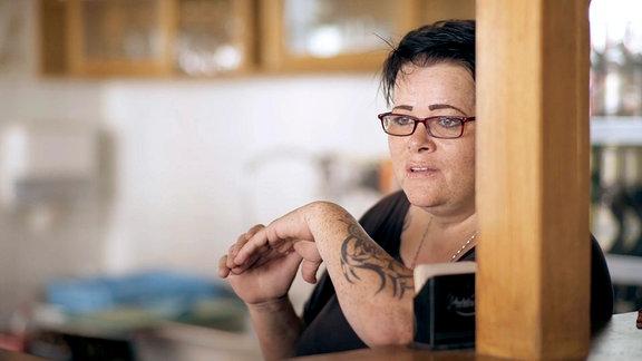 Die Kellnerin im Prohliser Sportcafé, der Stammkneipe vieler Prohliser, hat einiges erlebt bei ihrer jahrelangen Arbeit dort. Sie berichtet von Begegnungen mit Stammgästen und äußert ihr Unverständnis gegenüber Fremdenhass.
