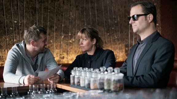 Haller und Niko wollen Kommissarin Laura Janda aus dem Entführungsfall raushalten.
