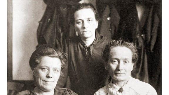 Deutsche Nationalversammlung in Weimar 1919 Die weiblichen Mitglieder der Unabhängigen Sozialdemokratischen Partei Deutschlands.