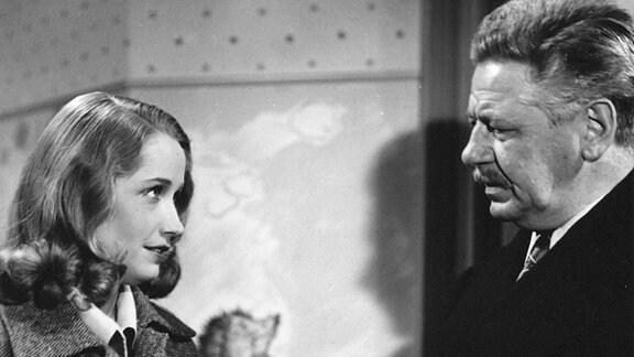 Nach langer Suche findet Winnie (Aglaja Schmid) endlich den Mann, bei dem sie in ihrer Verzweiflung ihren Sohn Niki gelassen hatte: Hieronymus Spitz (Paul Hörbiger).