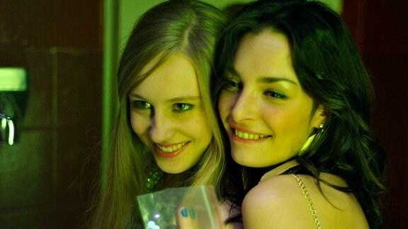 Hanna Löns (Lotte Flack, li.) und ihre beste Freundin Kristina (Sarah Horváth) verbringen die Nächte in Clubs – ohne dass ihre Eltern davon wissen.