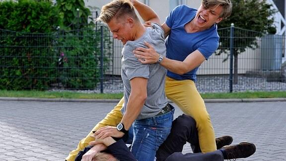 Jan Gottsched (Jannik Schümann, re.) und sein Freund Ditsche (Max von der Groeben) prügeln auf den Vater einer Mitschülerin, Andreas Löns (Rainer Strecker), ein.