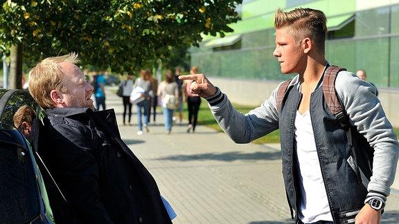 Der Schüler Ditsche (Max von der Groeben, re.) attackiert den Vater seiner Mitschülerin, Andreas Löns (Rainer Strecker), auf offener Strasse.