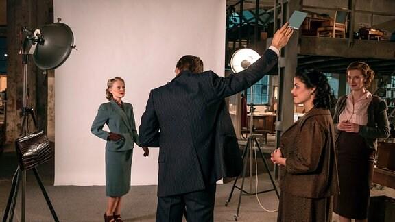 Im Beisein von Aenne (Katharina Wackernagel) und Edith Schmidt (Luise Wolfram) wird das Titelbild für die erste Ausgabe fotografiert.
