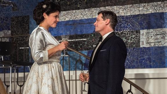 Franz (Fritz Karl) spricht Aenne (Katharina Wackernagel) bei der Eröffnung ihres neuen Verlagsgebäudes seine Anerkennung aus.