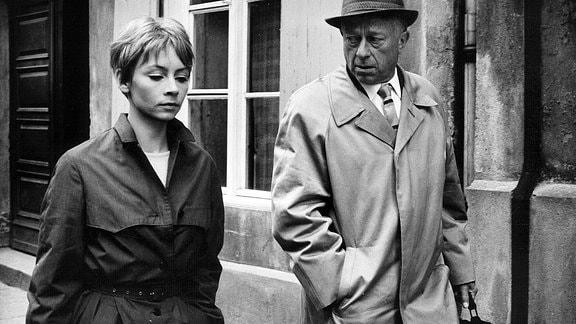 Jutta Hoffmann (Karla) und Hans Hardt-Hardtloff (Direktor Hirte) gehend nebeneinander; er sieht sie an.