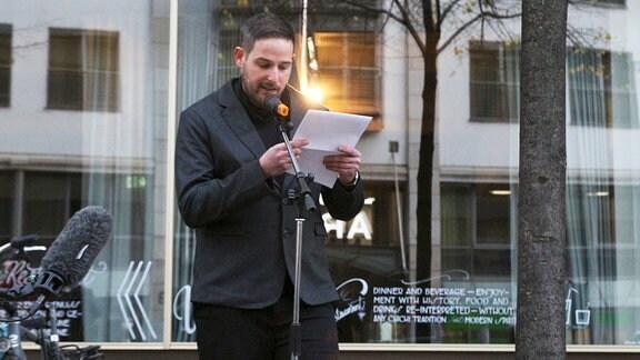 Yuval Rubovitch hält eine Rede bei der Gedenktafeleinweihung für die Familie Rotter