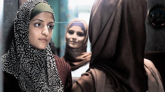 Aynurs Schwester Shirin (Merve Aksoy, l.) und ihre Freundin Evin (Lara Aylin Winkler)