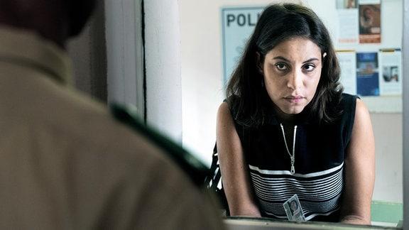 Aynur (Almila Bagriacik) erstattet Anzeige gegen die Bedrohungen ihrer Brüder.